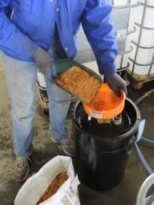 Ein Ionentauscher wird mit Harz befüllt.